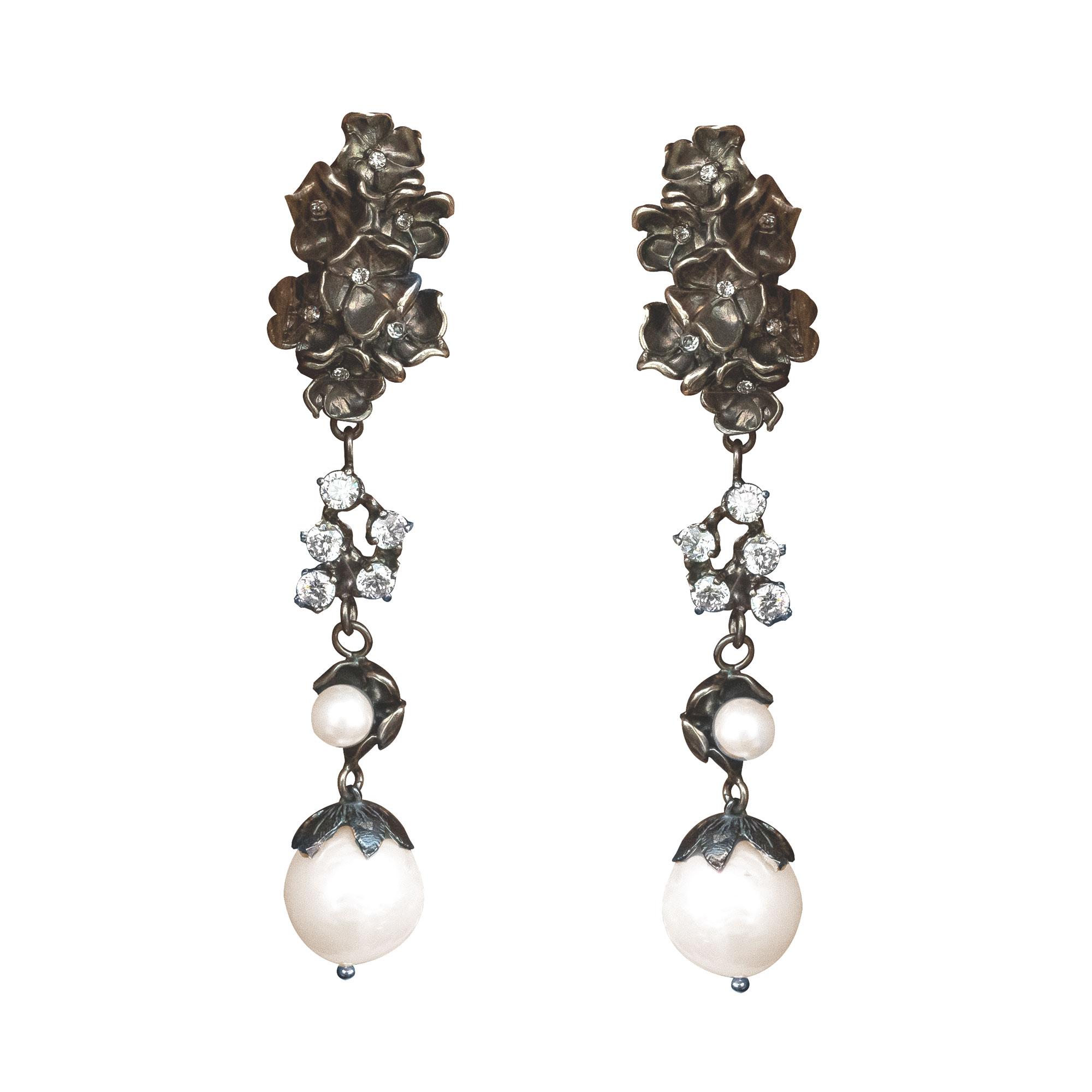 Orecchini Argento 925 brunito; perle fresh-water e zirconi naturali. Chiusura per lobi forati.
