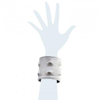 Bracciale in pelle color argento con borchie applicate sotto pelle