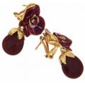 Orecchino in argento placcato e smalto color lampone. La forma del fiore ricorda il ciclamino o una piccola orchidea.