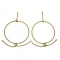 Orecchini in filo di ottone dorato satinato lavorato a mano a formare un cerchio con un nodo ad incastro.