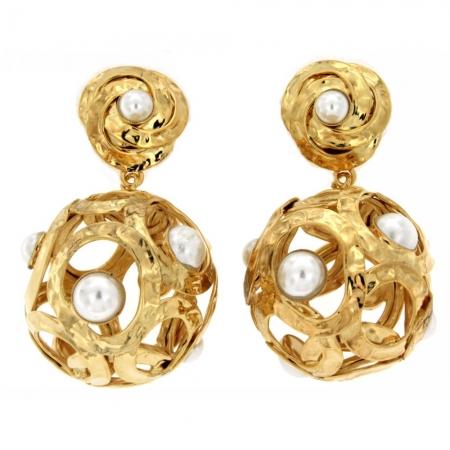 Orecchini dorati a palla con perle