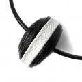 particolare centrale collana in pelle bianca e nera