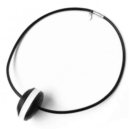 girocollo in pelle con ciondolo centrale bianco e nero